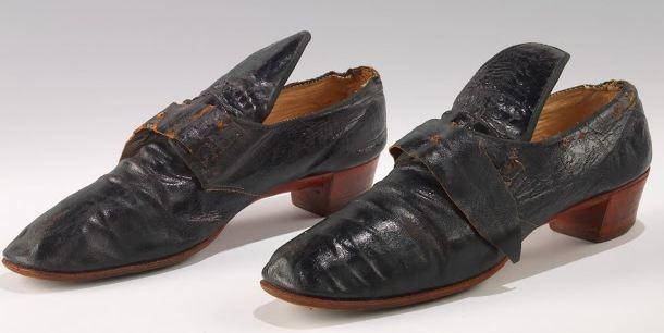 До начала XIX столетия обувь была одинаковой – не было правых и левых башмаков