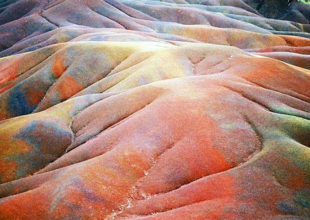 Разноцветные пески Шамарель невозможно смешать – природа каждый раз разделяет их по цветам