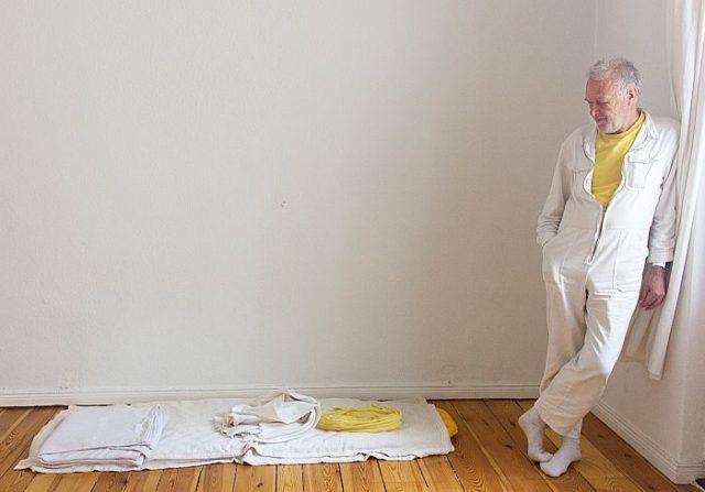 Йоахим Клекнер с имуществом в пятьдесят вещей спит и ест на полу