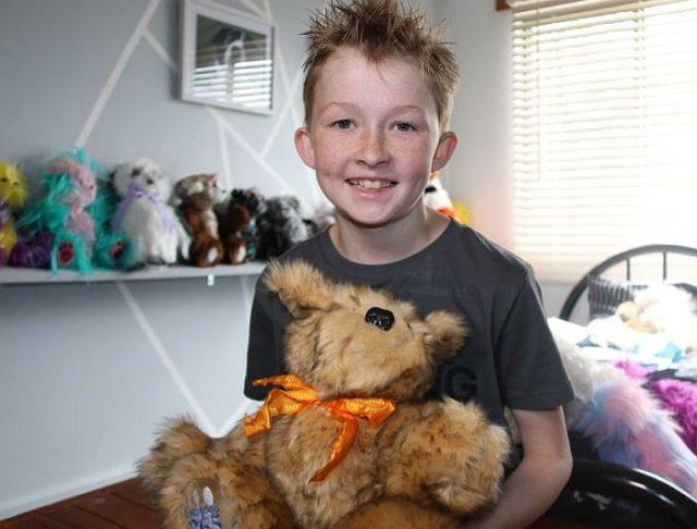 Школьник Кэмпбелл Ремес сшил более 800 мягких игрушек для больных детей