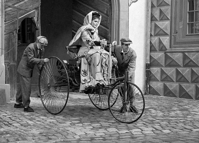 Первой автоледи стала жена изобретателя автомобиля