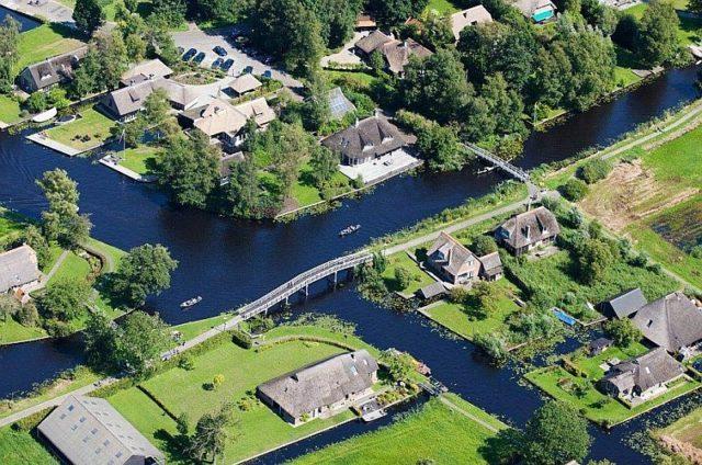 В деревне Гитхорн вместо дорог водные каналы