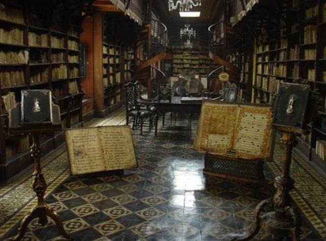 Первые книги были глиняные и каменные