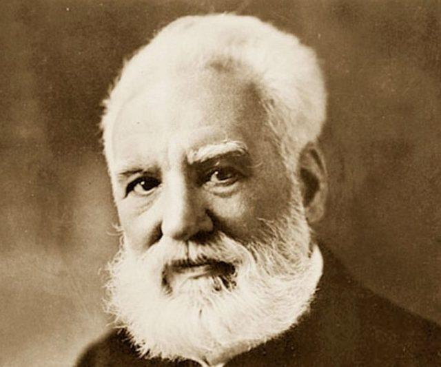 Первый телефон в мире изобрел в 1860 году иммигрант из Италии