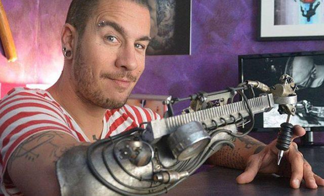 Джон Шайтан делает татуировки протезом руки со встроенной машинкой