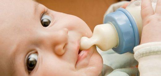 До девяти месяцев ребенок может дышать и глотать одновременно