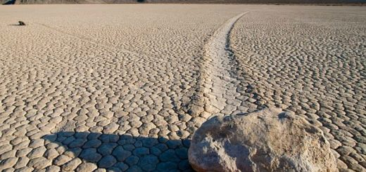 Движущиеся камни в Долине смерти в Калифорнии перемещаются на несколько метров