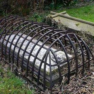 На английских кладбищах некоторые могилы закрыты клетками