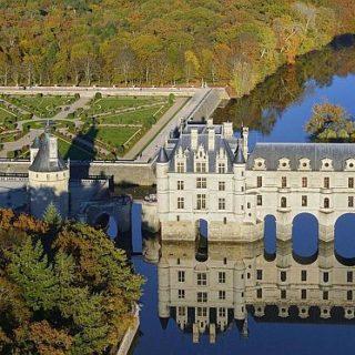Роскошный замок Шато де Шенонсо построен прямо над рекой