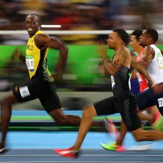 Самый быстрый человек в мире обгоняет скаковую лошадь